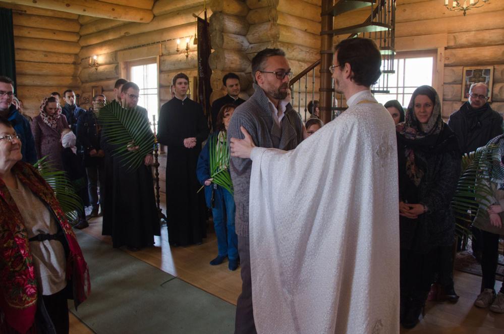 Три новых верных приняты в евхаристическое общение
