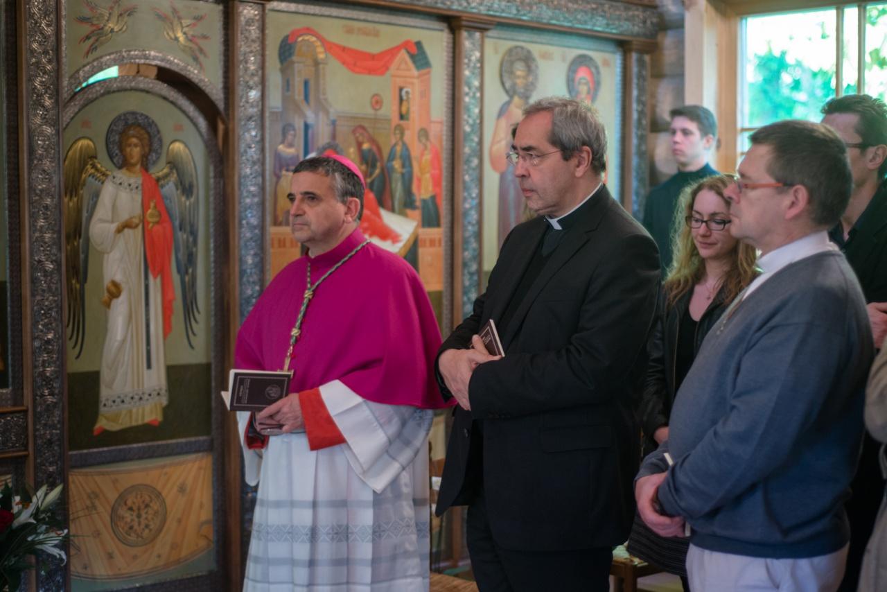Архиепископ Руанский и четыре священника Парижской епархии присутствовали на вечерне Пасхи