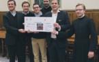 Вручение первого чека благотворительной организации «Помощь церкви в нужде» на восстановления церквей в Сирии.